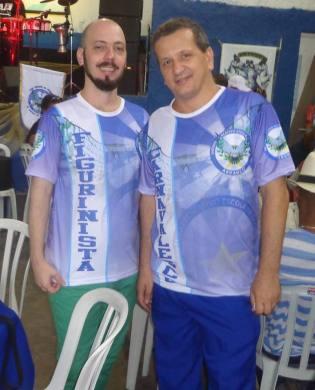 O carnavalesco Julio Cesar Farias (à direita) e o figurinista Delfim Figueiredo