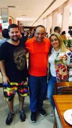 Na foto: Sandro Gomes no centro com Juliana Leandro e Carlos Leandro, Presidenta de Honra e Presidente da azul e branco de Pilares