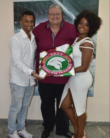 Thuan Matheus e Marcela Tavares com o presidente Gian Gonçalves